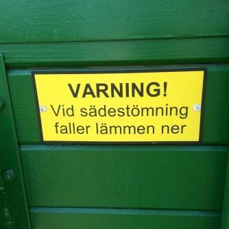 Med tillhörande varningsskylt