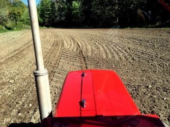 På tillbakavägen kör man med mitten på motorhuven i markörspåret