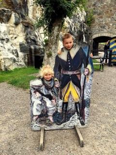Elin och Wiggo som fånge respektive karolin