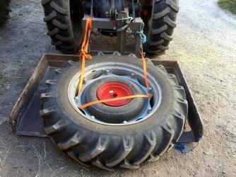 """Ett 32"""" traktordäck med ett såmaskinsdäck i"""