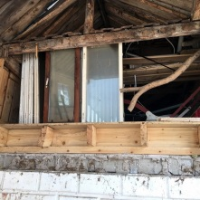 Väggen mellan koghuset och ladan öppandes upp.
